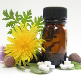 boccetta con fiore e pastiglie omeopatiche