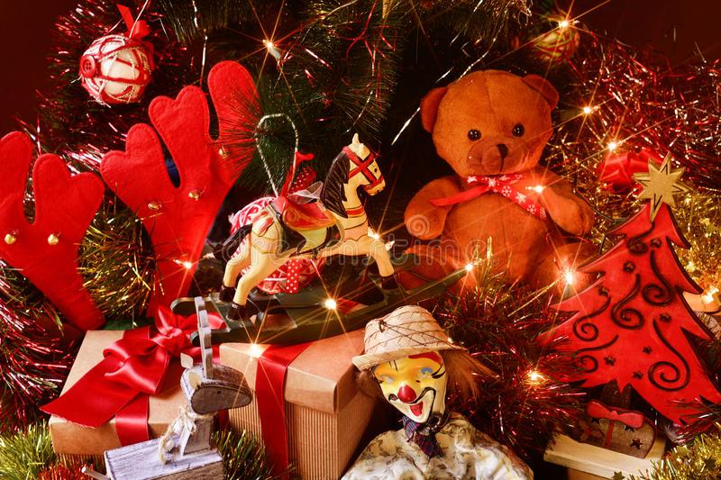 retro-giocattoli-e-regali-sotto-un-albero-di-natale-64032161